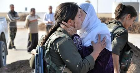 Rojava-mujeres-abrazo-783x410