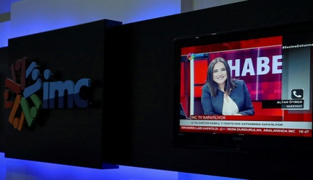News anchor Banu Guven is seen on a screen during a news broadcast at a studio of IMC TV, a news broadcaster slated for closure, in Istanbul, Turkey, September 30, 2016. REUTERS/Huseyin Aldemir - RTSQ9GP