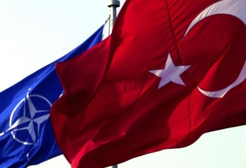 La bandera de Turquía junto a la de la OTAN / Todas las fotografías han sido extraídas de Kurdish Question