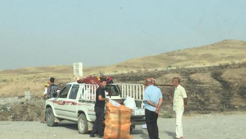 Las fuerzas de seguridad kurdas detienen a una familia que llevaba una gran bolsa de arroz y una bolsa de almohadas a Sinjar por el paso de Suhaila, actualmente la única entrada o salida viable a Sinjar.